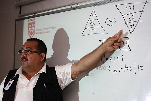 Steel worker giving worker control workshop at Sidor factory (Prensa Sidor)