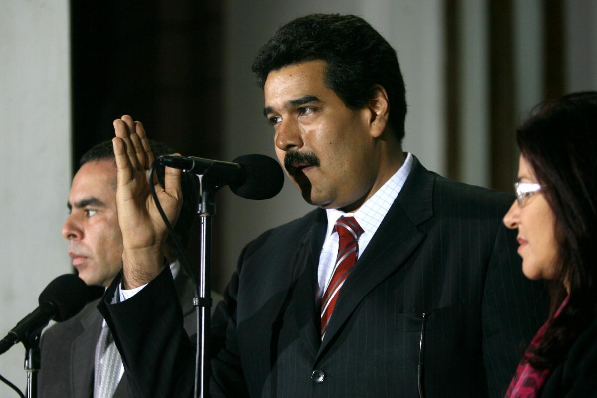 Venezuelan Foreign Minister Nicolas Maduro (center) with National Assembly President Cilia Flores (right) and Colombian Senate President Armando Benedetti (Prensa Miraflores)