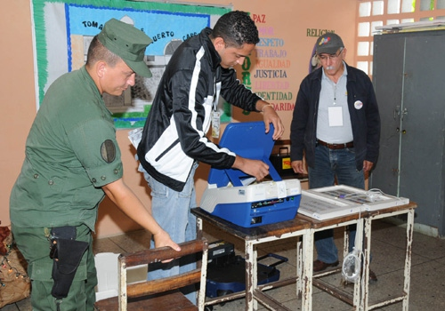 CNE workers and a national guard soldier setup a voting center (YVKE)