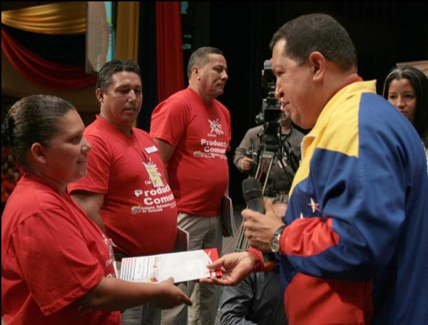 President Chavez grants People's Bank credits to small scale producers (MINCI)