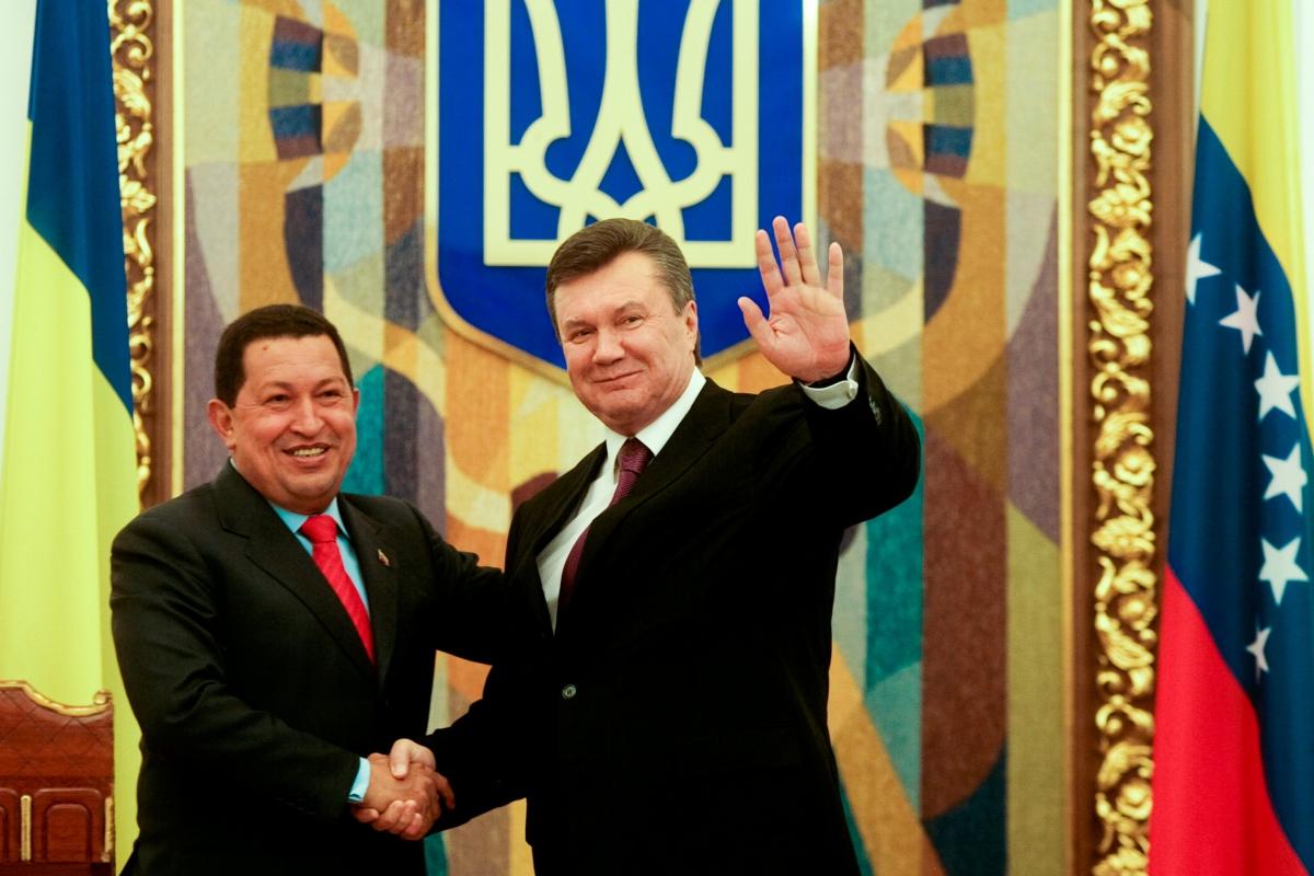 President Chavez (left) and President Lanukovich (Prensa Miraflores)