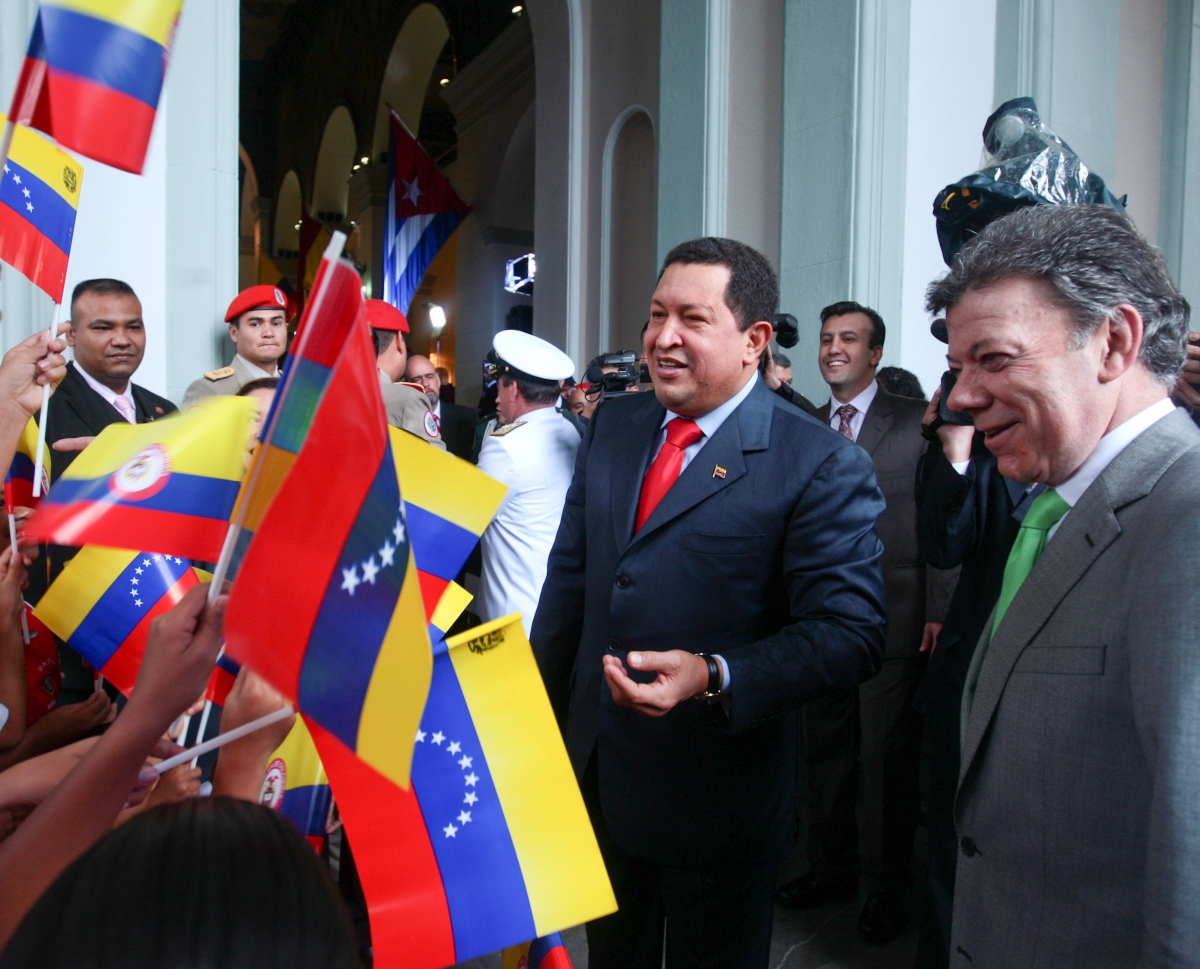 Venezuelan President Hugo Chavez (center) and his Colombian counterpart Juan Santos (right) during their November 2 visit to the National Pantheon of Venezuela (YVKE)