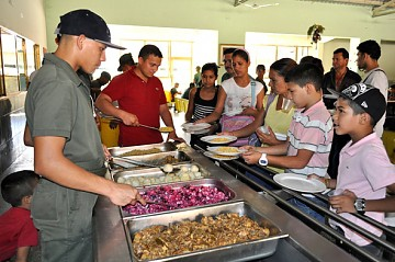 Flood victims receive food at a government shelter in Zulia (YVKE)