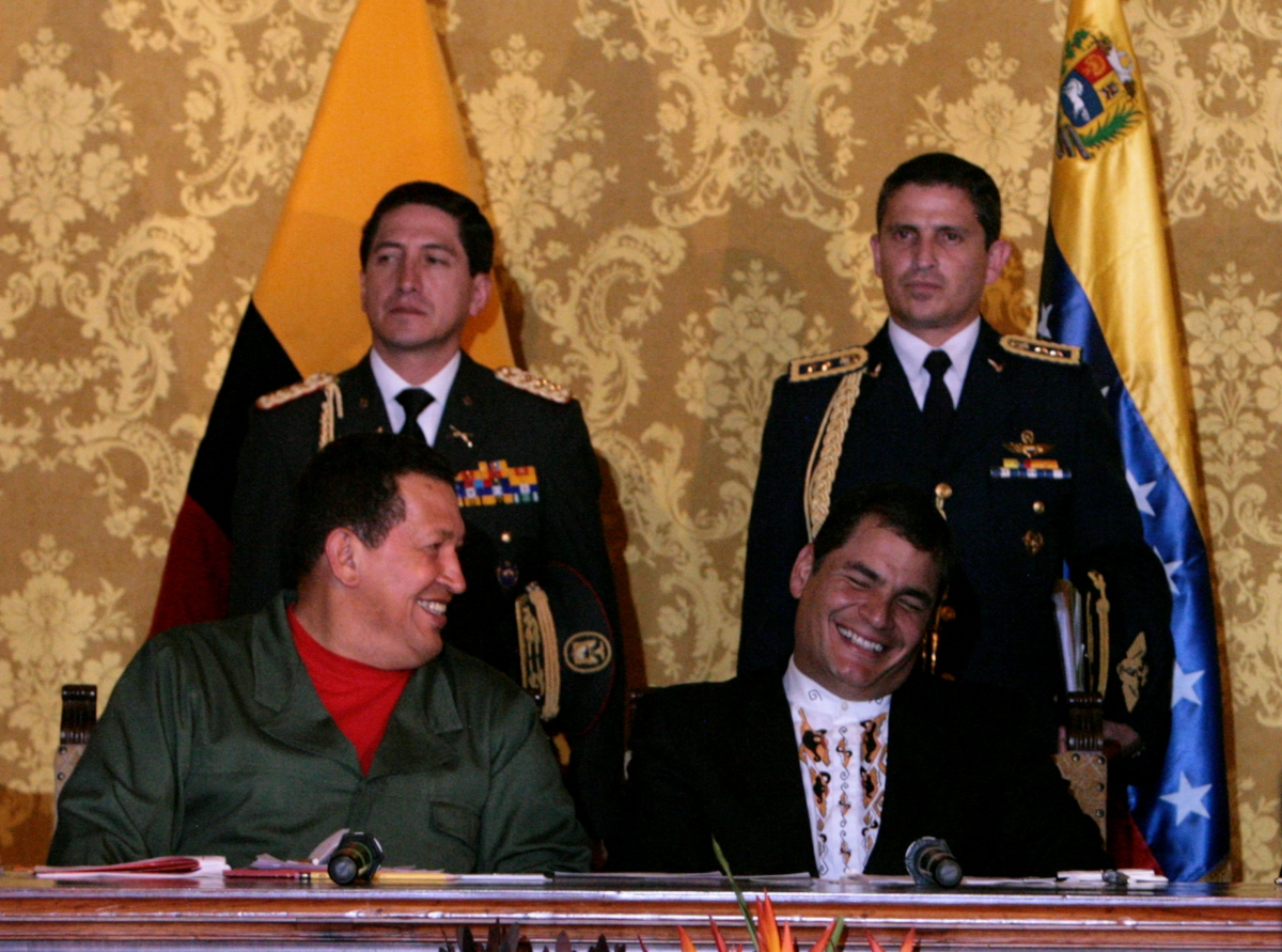 Ecuadoran President Correa (left) and Venezuelan President Chavez (YVKE)
