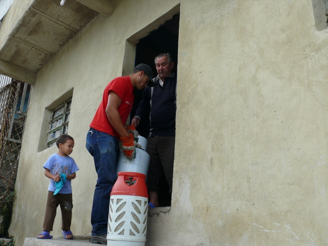 Workers at PDVSA's 'Gas Comunal' program take newly produced at-home gas tanks directly to the People's homes and communities (YVKE Radio Mundial).