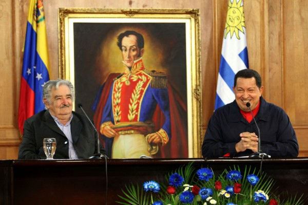 "Venezuelan President Hugo Chávez and his Uruguayan counterpart, José ""Pepe"" Mujica, during their meeting in Caracas (RNV)"