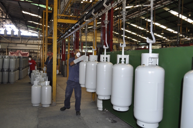 Venezuelan workers at PDVSA's 'Gas Comunal' at-home tank production plant (YVKE Radio Mundial).