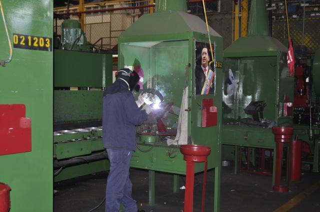 A Venezuelan worker at PDVSA's 'Gas Comunal' at-home tank production plant (YVKE Radio Mundial).