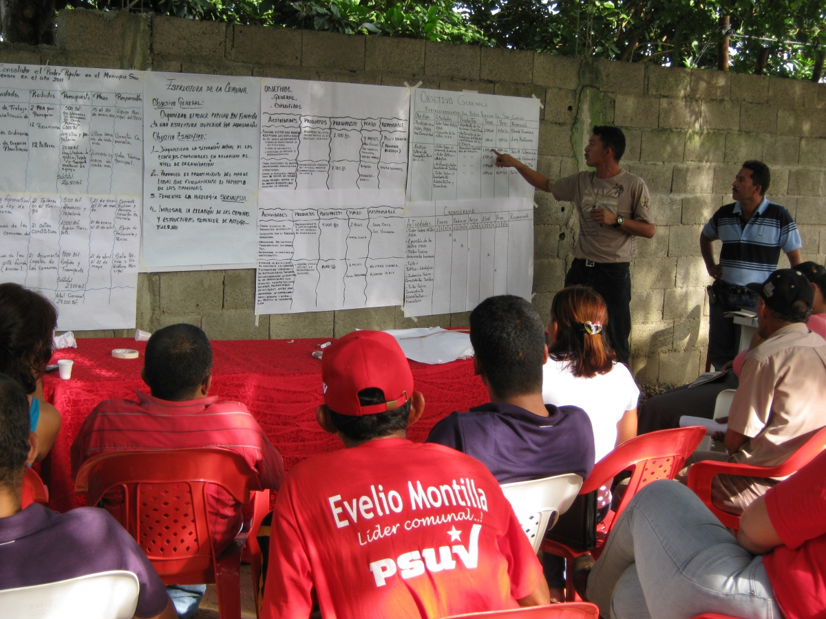 """Members of Venezuela's Bolívar and Zamora Revolutionary Current meet to discuss how to best organize, democratize and radicalize """"communes"""" within the context of the Bolivarian Revolution (Source: CRBZ)"""