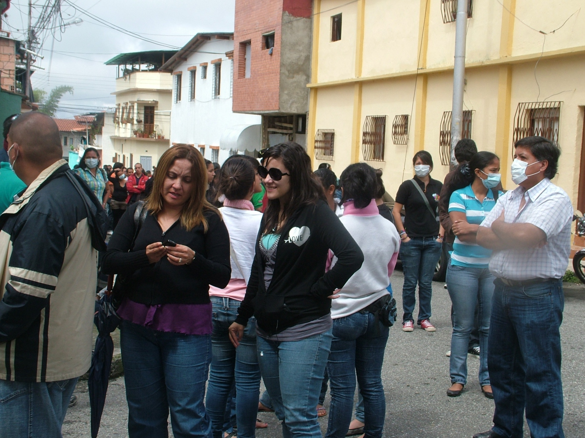Waiting in line for the free swine flu vaccination outside the hospital of Belen, Merida (Tamara Pearson / Venezuelanalysis.com)