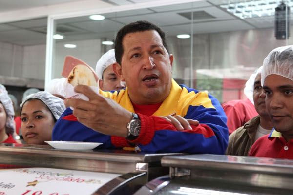 Venezuelan President Hugo Chávez visits one of the popular and publicly-owned 'Areperas Socialistas' (Archive)
