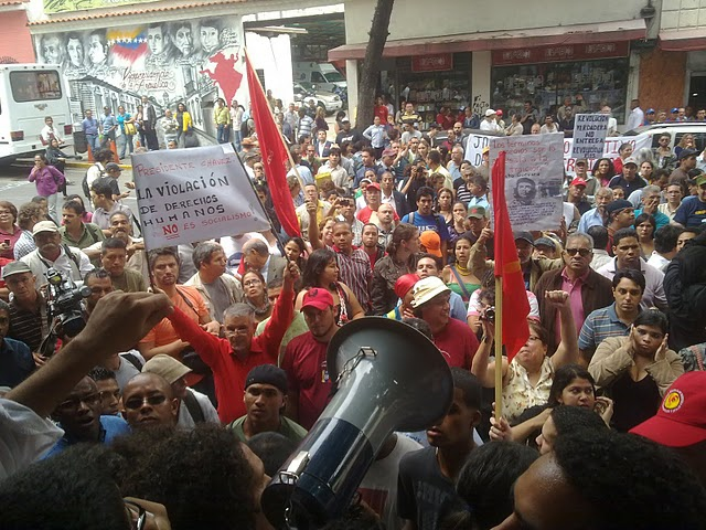 Protestors gather in downtown Caracas on Thursday, 28 April 2011, to condemn the detention and deportation of independent media activist Joaquín Pérez Becerra (Aporrea).