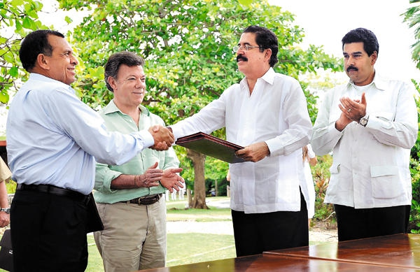 Honduran President Porfirio Lobo (left), shakes hands with Manuel Zelaya, as Colombian President Juan Santos and Venezuelan Foreign Minister Nicolas Maduro (far right) applaud (agencies).