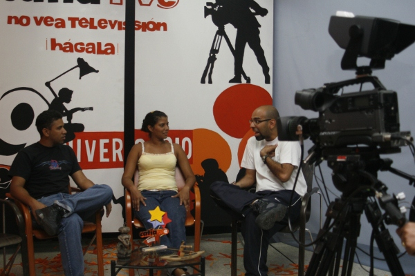 Members of the popular Caracas neighborhood of 23 Enero discuss the role of public media on Catia TV - a community television network (Correo del Orinoco).