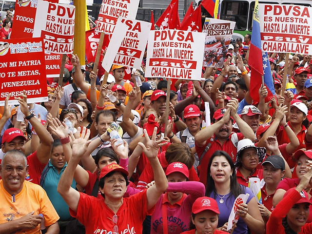 "Sunday's march; placards say ""PDVSA is ours until death"", and one to the left says ""You don't mess with my country, Venezuela is respected"" (Prensa PSUV)."