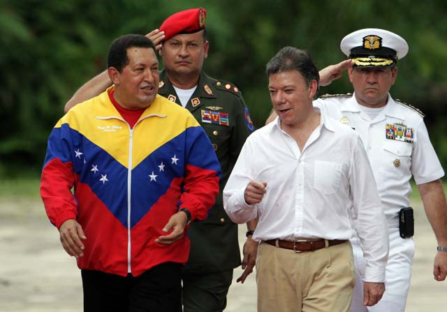 Venezuelan President Hugo Chávez walking with Colombian president Juan Manuel Santos (archive).