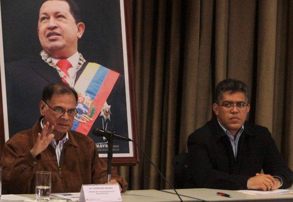 Venezuelan vice-president Elias Jaua and  Electricity Minister Ali Rodriguez at a press conference on 12 June 2011 (Photo: Correo del Orinoco)