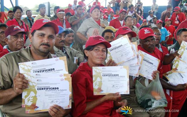 Representatives from Falcon's community councils gather in 'El Recreo', in the municipality of Miranda to receive their certificates (falconoticias).