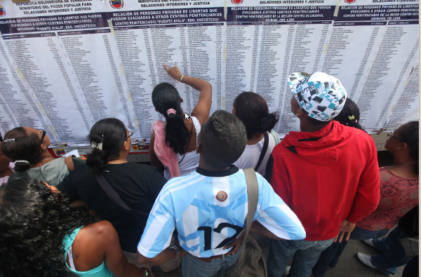 Relatives of the 3,500 prisoners housed at El Rodeo I and II review lists of the prisoners transferred to nearby prisons in government attempts to bring ongoing prison riots to an end  (AVN).