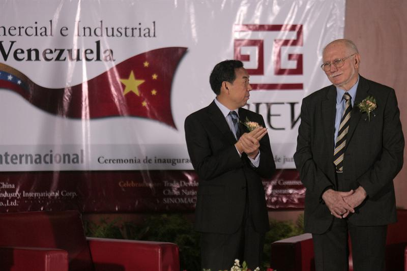 Venezuela's Planning and Finance Minister, Jorge Giordani (right), at the Third Industrial Expo China-Venezuela 2011 in Caracas (Photo: Agencies).