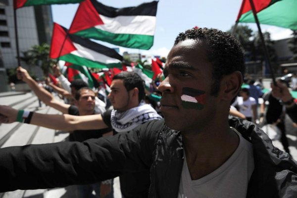 Venezuelan social movements wave the Palestinian flag during a rally in support of Palestine's bid for a UN seat on Saturday (Aporrea.org)