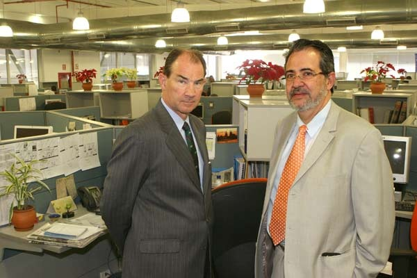 Former U.S. Ambassador Patrick Duddy met with Miguel Henrique Otero (right), the editor of El Nacional, during a visit to the offices of the opposition newspaper (Manuel Sardá/El Nacional).