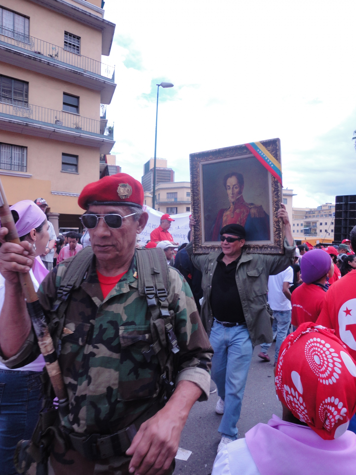 Marchers carrying a picture of the Liberator, Símon Bolívar (Rachael Boothroyd/Venezuelanalysis)