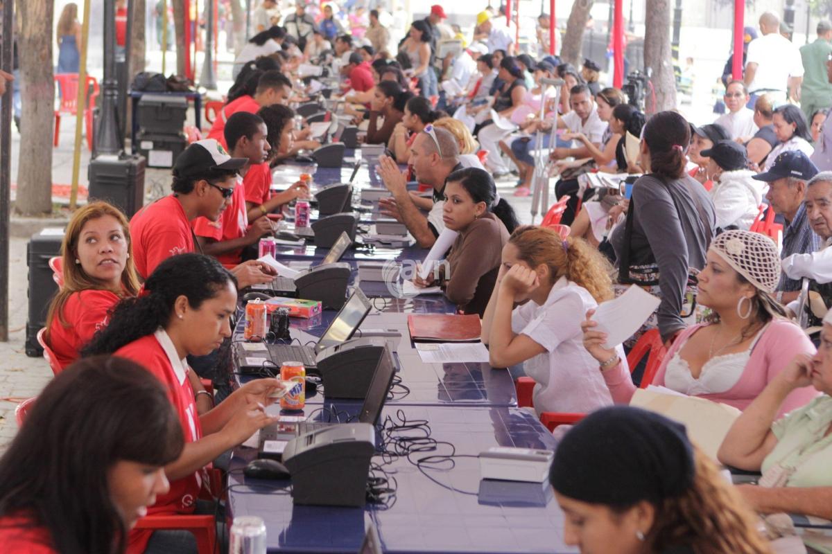 Venezuelans registering for the housing mission (AVN)