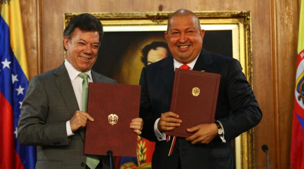 Colombian President Juan Manuel Santos (left) with Venezulean President Hugo Chavez, on Monday (AVN)