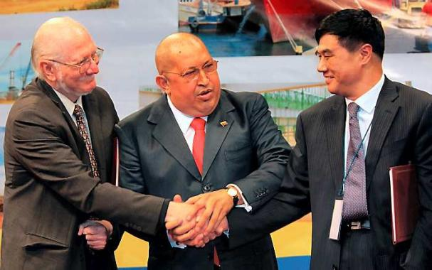 Venezuelan President Hugo Chavez with members of the Chinese delegation (ElUniversal)