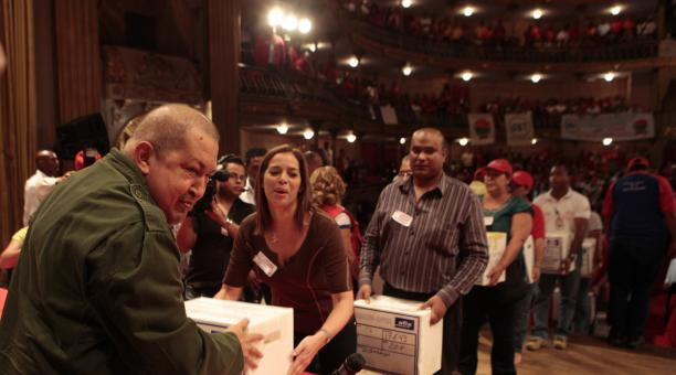 Workers handed to Chavez 656,815 signatures in support of the labor law (AVN)