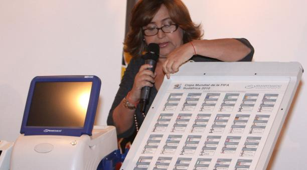 President of the National Electoral Council (CNE) Tibisay Lucena explaining the new SAE electronic voting system (AVN)