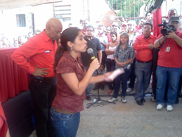 "Minister for Comunes and Social Protection, Isis Ochoa, speaking at a meeting with the commune ""Atroa"" in late May (LaraTVec, Sistema de Comunal Comunal)"