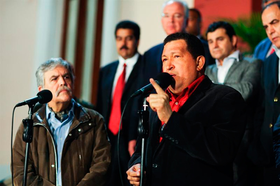 Venezuelan President Hugo Chavez with Argentine Planning Minister Julio De Vido (noticias365.com)