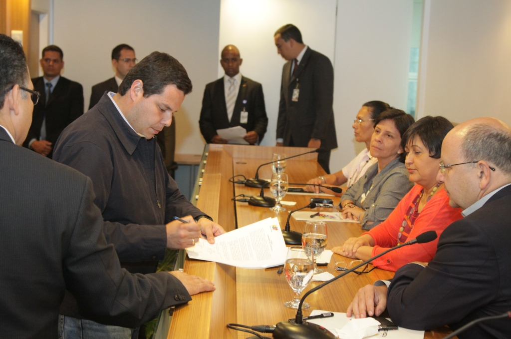 MUD representative, Juan Carlos Caldera, signed the document on behalf of Capriles (cne.gov.ve)