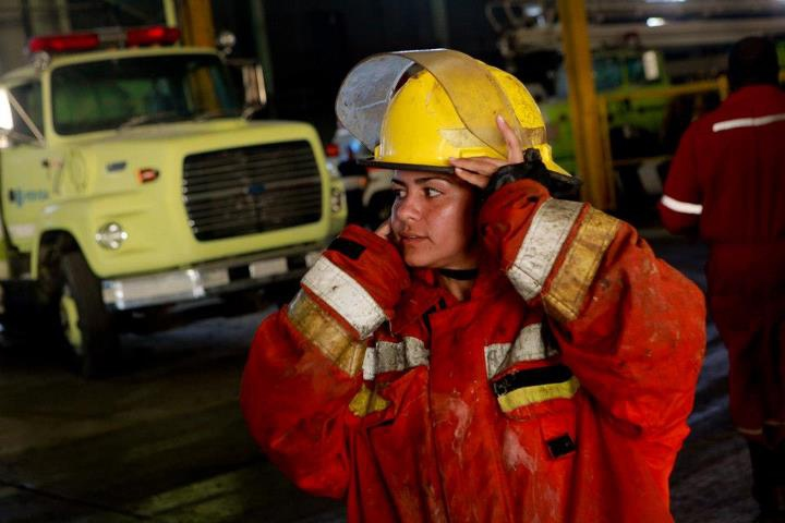 A female firefighter takes off her helmet after the emergency response operation (Minci)