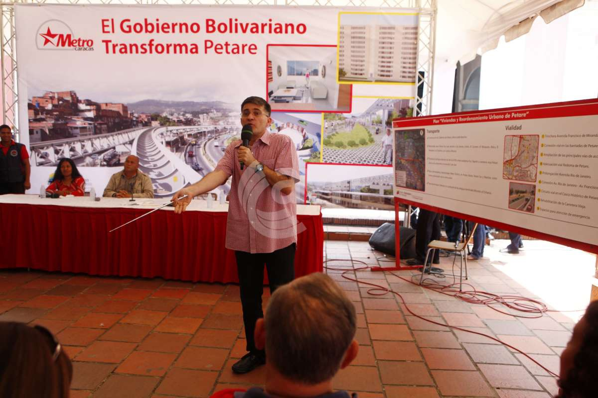 President of Caracas Metro, Haiman El Troudi, at the community meeting yesterday in Petare (AVN)
