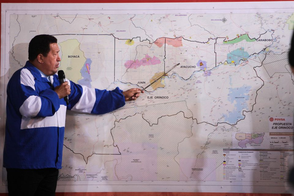 President Chavez indicating the various areas around the Orinoco river to be included in the axis of development, yesterday (YVKE Mundial)