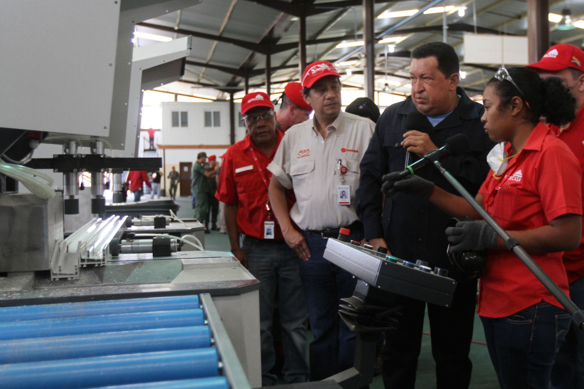 President Hugo Chavez in the Petrocasa window factory yesterday. (VTV)
