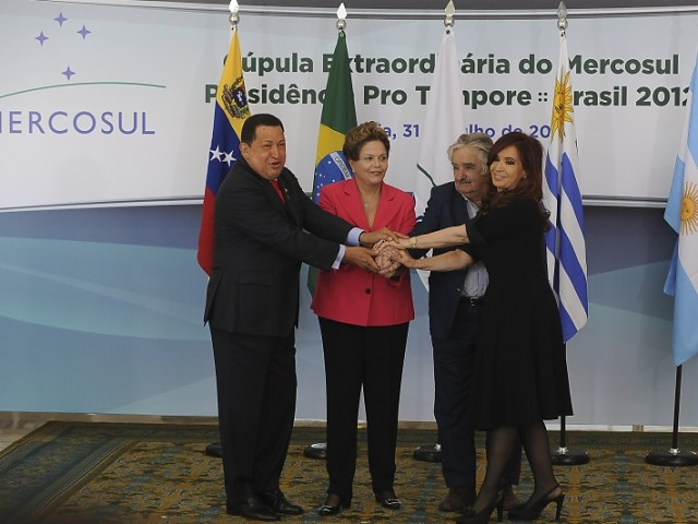Venezuelan president Hugo Chavez (far left) at the Mercosur summit on 31 July, with the other three presidents (EBC).