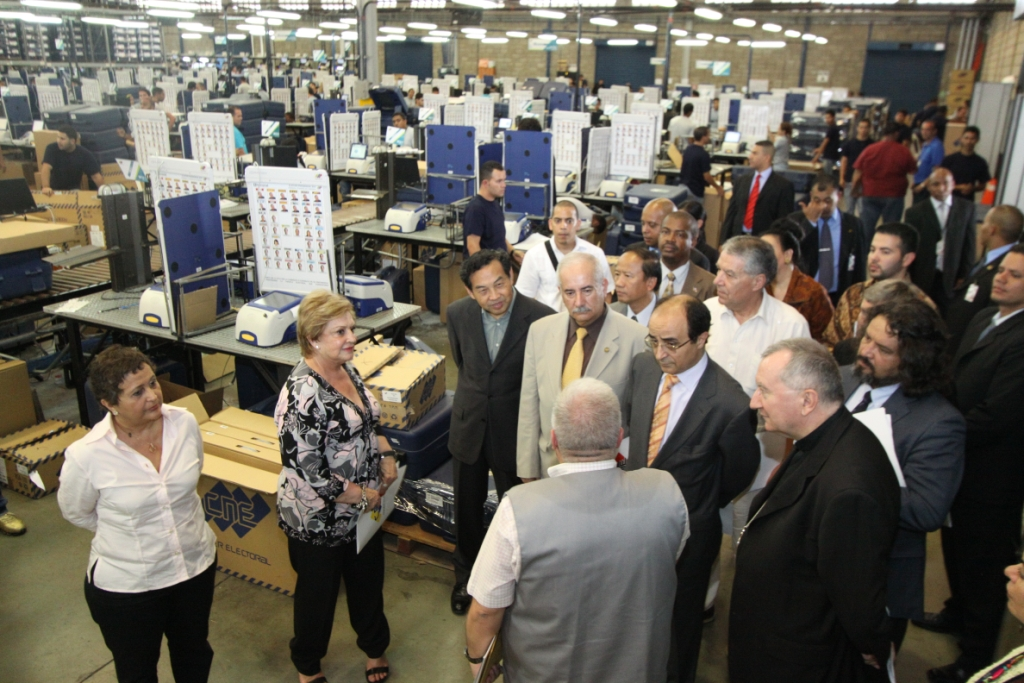 Diplomatic representatives from 32 countries on a tour of a factory producing voting machines ahead of Venezuela's 7 October presidential vote (Consejo Nacional Electoral)