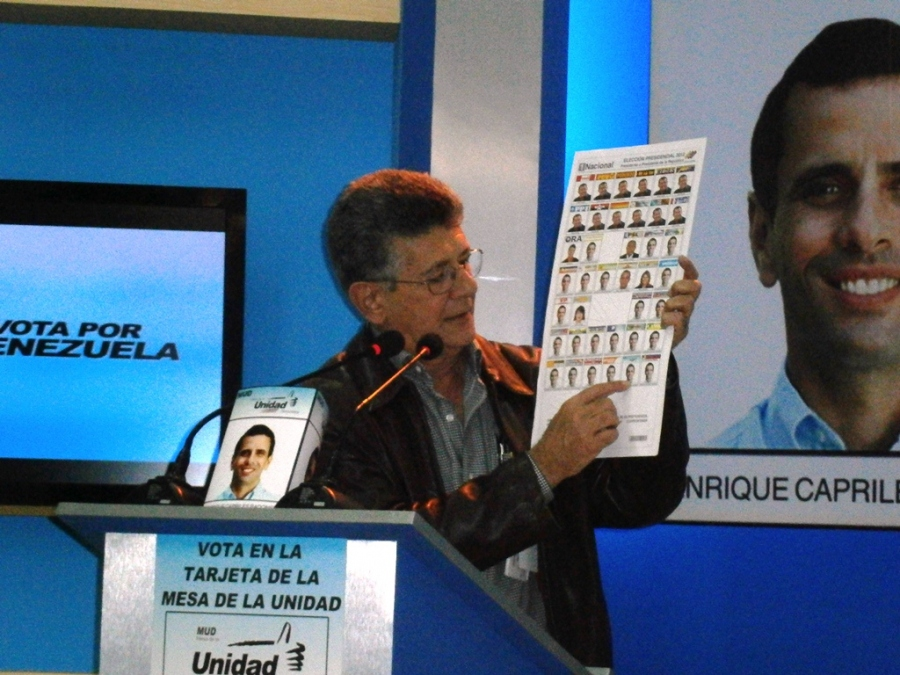Henry Ramos Allup urging people to vote for opposition candidate Henrique Capriles last week (agencia carabobeña de noticias)