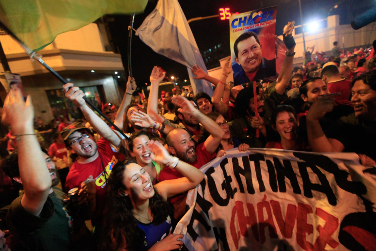 Chavez supporters celebrated the result outside the presidential palance, Miraflores (CdO)