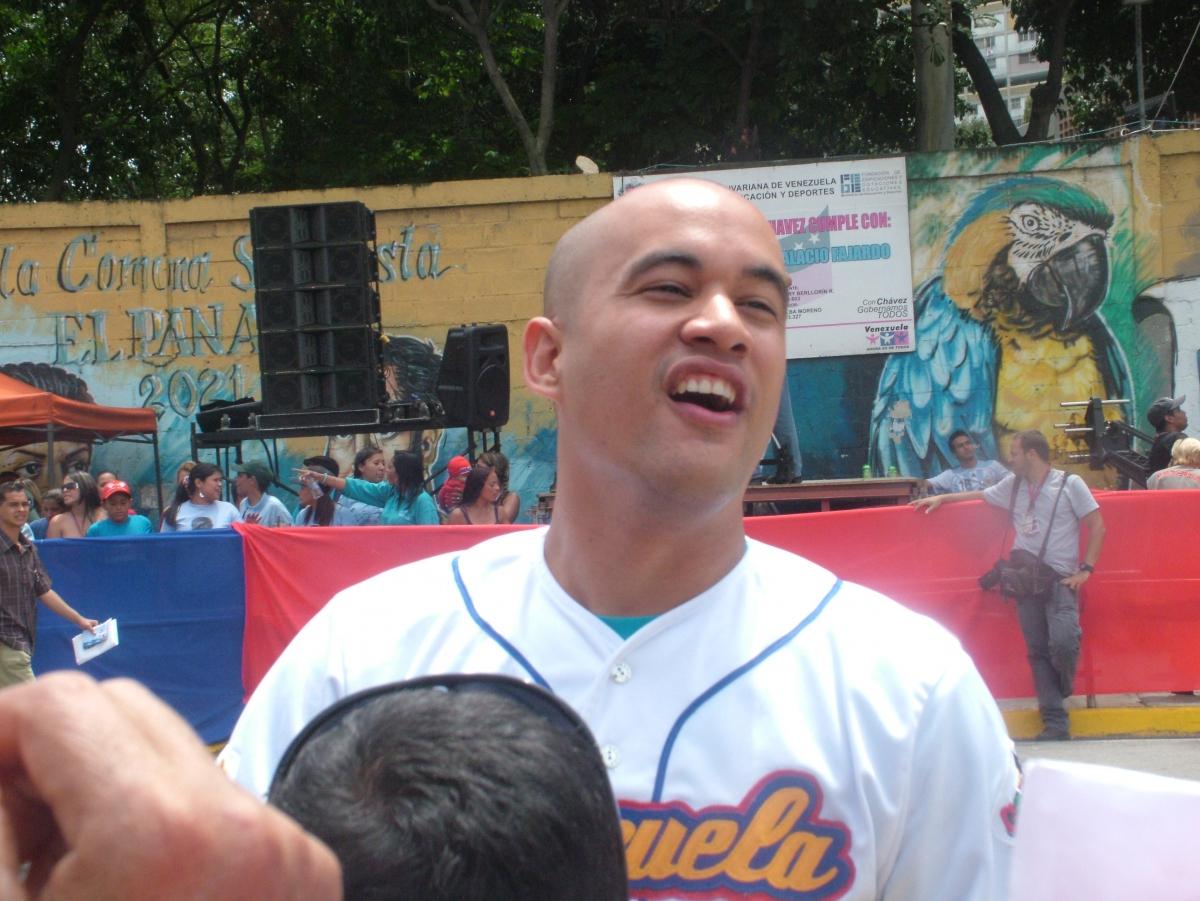 Hector Hernandez, the sports minister, greeting supports in Barrio 23 de Enero (Tamara Pearson / Venezuelanalysis.com)