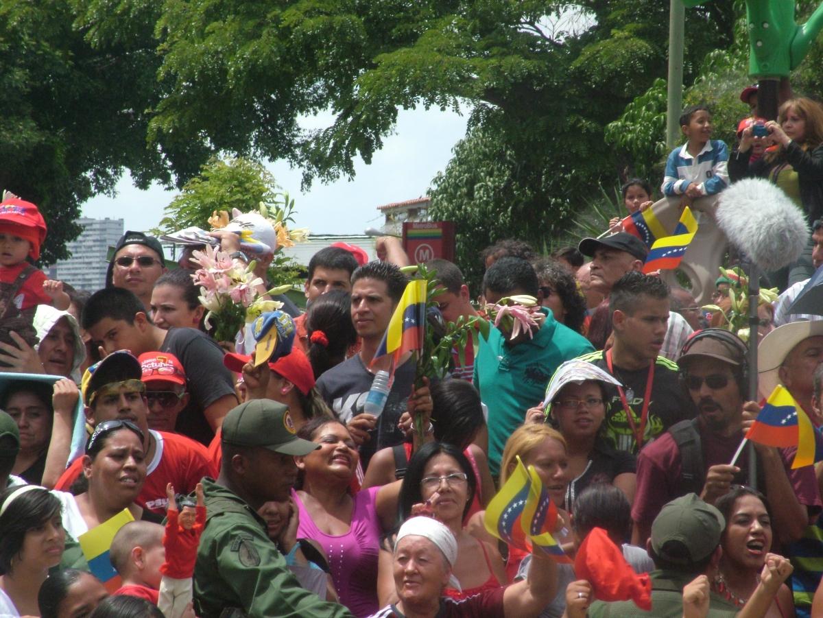 People waiting for Chavez to vote in his booth in 23 de Enero, Caracas (Tamara Pearson / Venezuelanalysis.com)