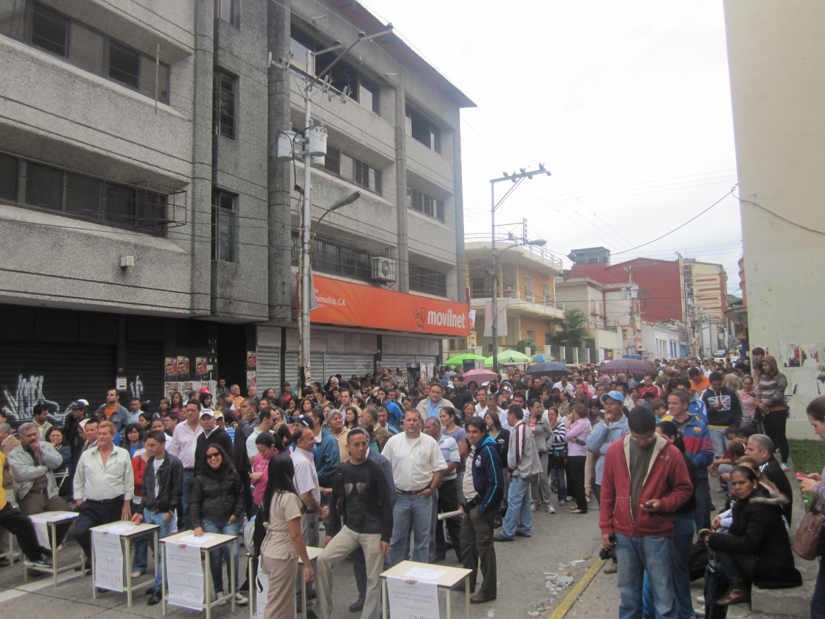 People queuing to vote for the Venezuelan presidential election last Sunday in the city of Merida (Ewan Robertson – Venezuelanalysis.com)
