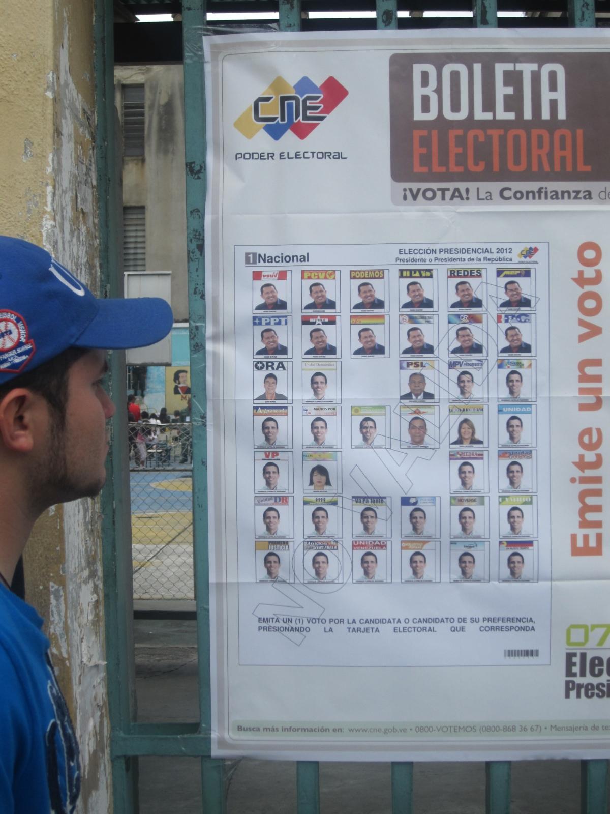 Inspecting the ballot paper in Coromoto School, Merida (Ewan Robertson / Venezuelanalysis.com)