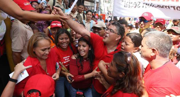 PSUV candidate for Miranda state, Elias Jaua, on the campaign trail (AVN)