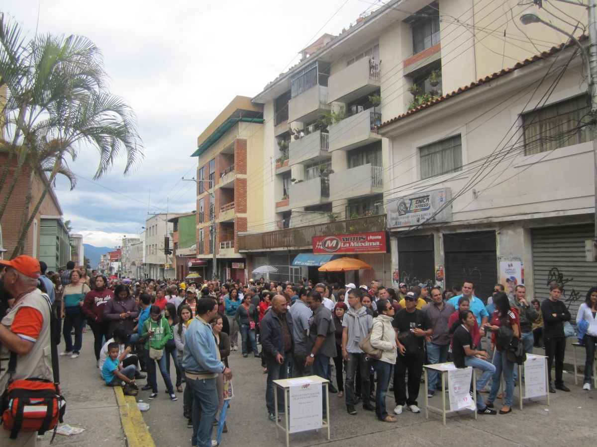 Due to a high turnout of 81%, there were massive queues outside polling stations for Venezuela's presidential election on 7 October (Ewan Robertson)