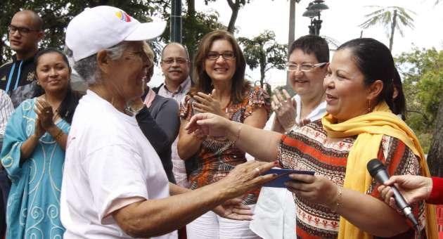"""Venezuelan seniors receive pensions from the """"Amor Mayor"""" program  (AVN)"""